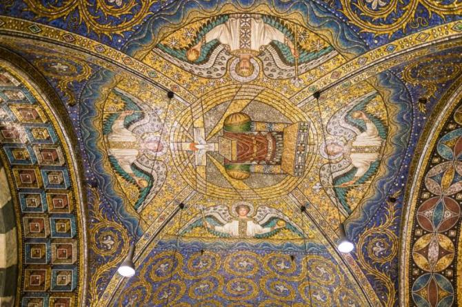 aachen_germany_-_december_6_2013_beautiful_mosaics_inside_the_octagon-shaped_interior_of_the_aachen_cathedral