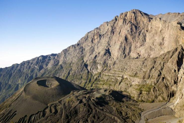 africa_tanzania_mount_meru_and_its_ash_cone_near_arusha_in_tanzania_kilimanjaro