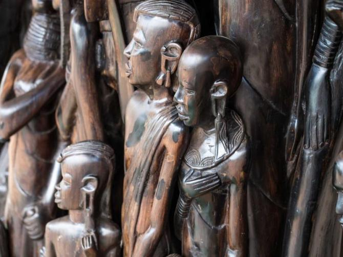 africa_tanzania_traditional_african_wood_sculptures_sols_as_souvenirs_in_arusha_region_tanzania