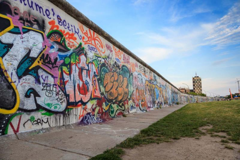 art_at_east_side_of_berlin_wall_berlin_germany