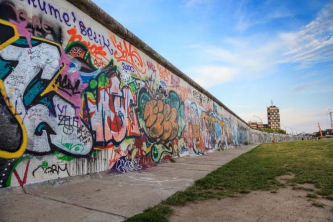 art_at_east_side_of_berlin_wall_berlin_germany