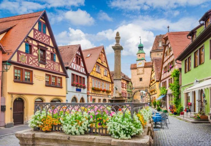 beautiful_classic_postcard_view_of_the_famous_historic_town_of_rothenburg_ob_der_tauber_on_a_sunny_day_with_blue_sky_and_clouds_in_summer_franconia_bavaria_germany_0