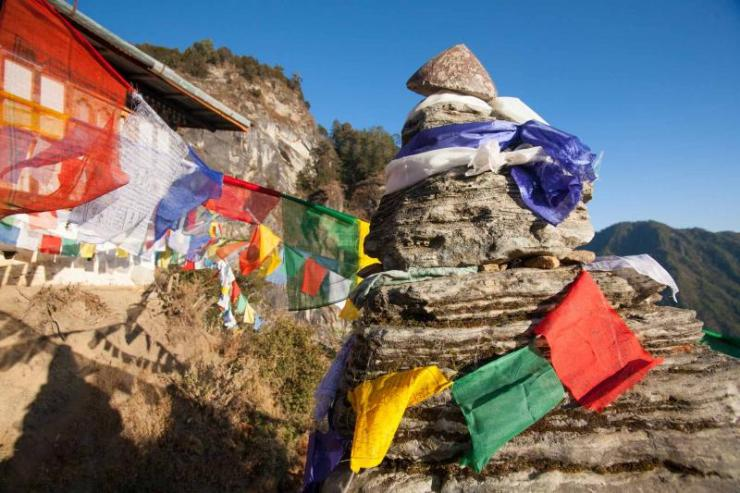bhutan_taktsang_stack_of_stone_with_buddism_flag_on_the_tigers_nest_temples