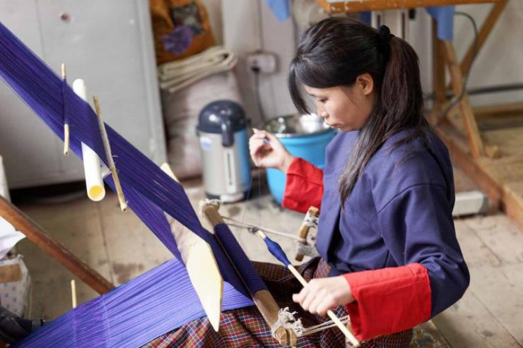 bhutan_thimpu_students_learning_traditional_wool_weaving_process_at_school_of_arts_and_crafts_e