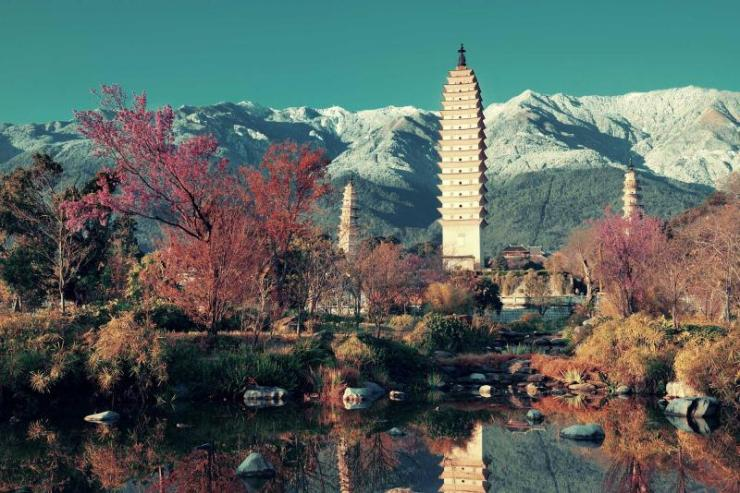 china_ancient_pagoda_in_dali_old_town_with_snow_capped_mt_cangshan_yunnan_0