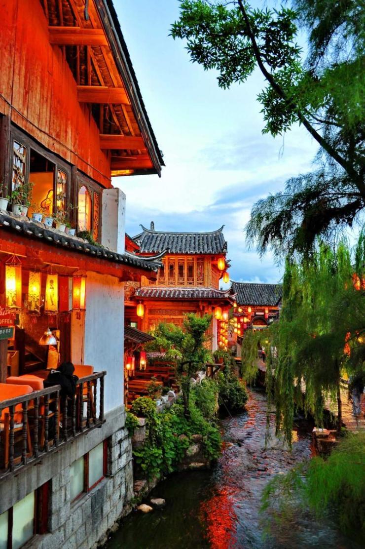 china_lijiang_tour_night_view_of_town_0