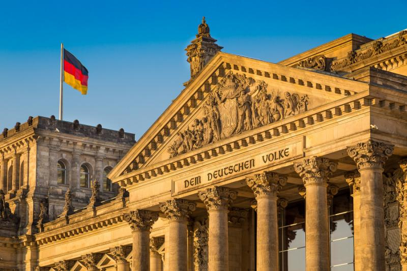 close-up_view_of_famous_reichstag_building_seat_of_the_german_parliament_deutscher_bundestag_in_beautiful_golden_evening_light_at_sunset_berlin_mitte_district_germany