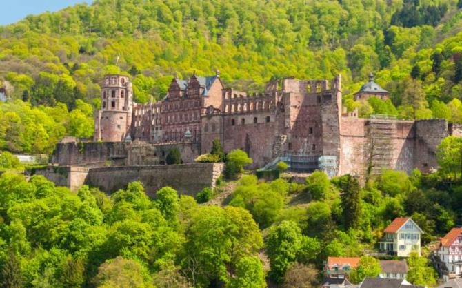 close_up_view_of_the_ruin_of_heidelberg_castle_germany