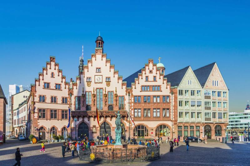 germany_frankfurt_people_on_roemerberg_square_in_frankfurt_germany-e
