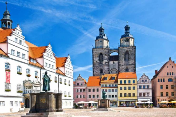 germany_market_square_in_wittenberg_main_square_of_old_german_town._monuments_of_martin_luther_and_philipp_melanchthon._wittenberg_is_luther_city_in_germany
