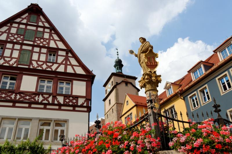 germany_rothenburg_ob_der_tauber_in_germany._seelbrunnen_fountain_on_chapel_square._it_embodies_the_greek_goddess_minerva_the_virgin_goddess_of_wisdom_and_patroness_of_the_city_0