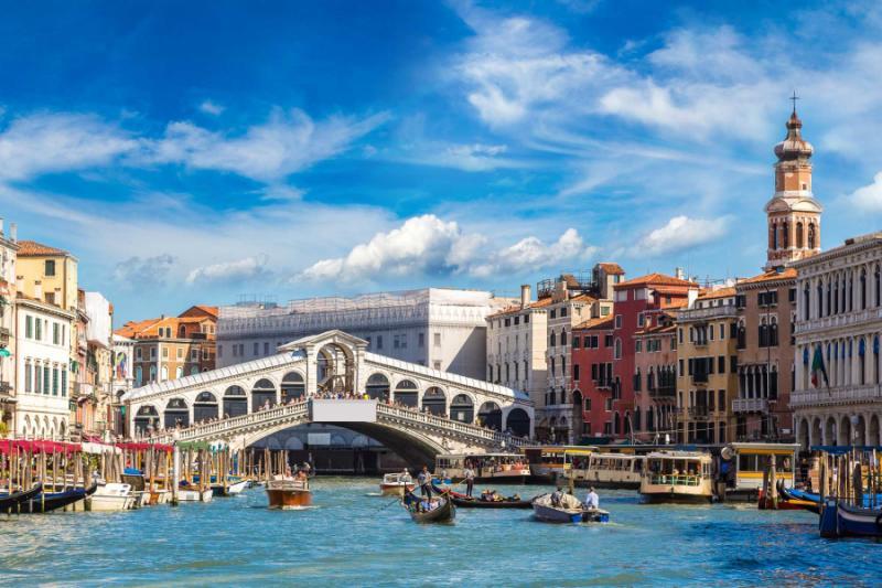 gondola_at_the_rialto_bridge_in_venice_in_a_beautiful_summer_day_in_italy