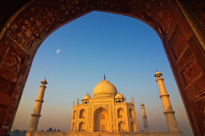 india-agra-taj-mahal-archway-perspective-full