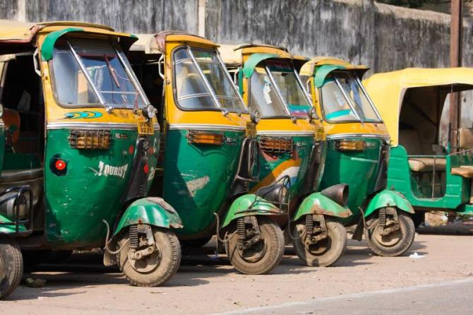 india_agra_auto_rickshaw_taxis_on_a_road_in_agra-e
