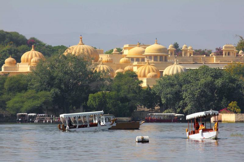 india_kerala_kochin_boats_and_palace_on_pichola_lake_in_udaipur_india