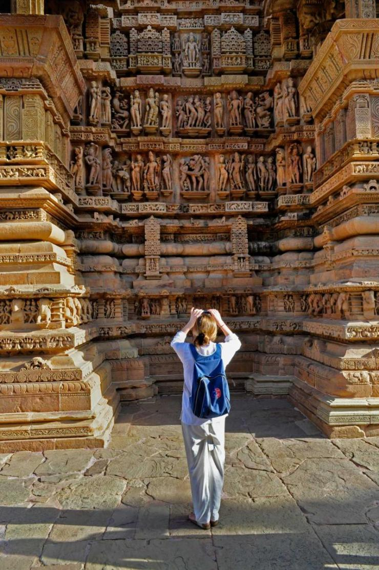 india_khajuraho_foreign_visitor_taking_picture_of_lakshmana_temple