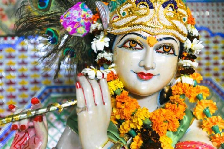 india_new_delhi_tour_statue_of_garlanded_hindu_god_krishna_0