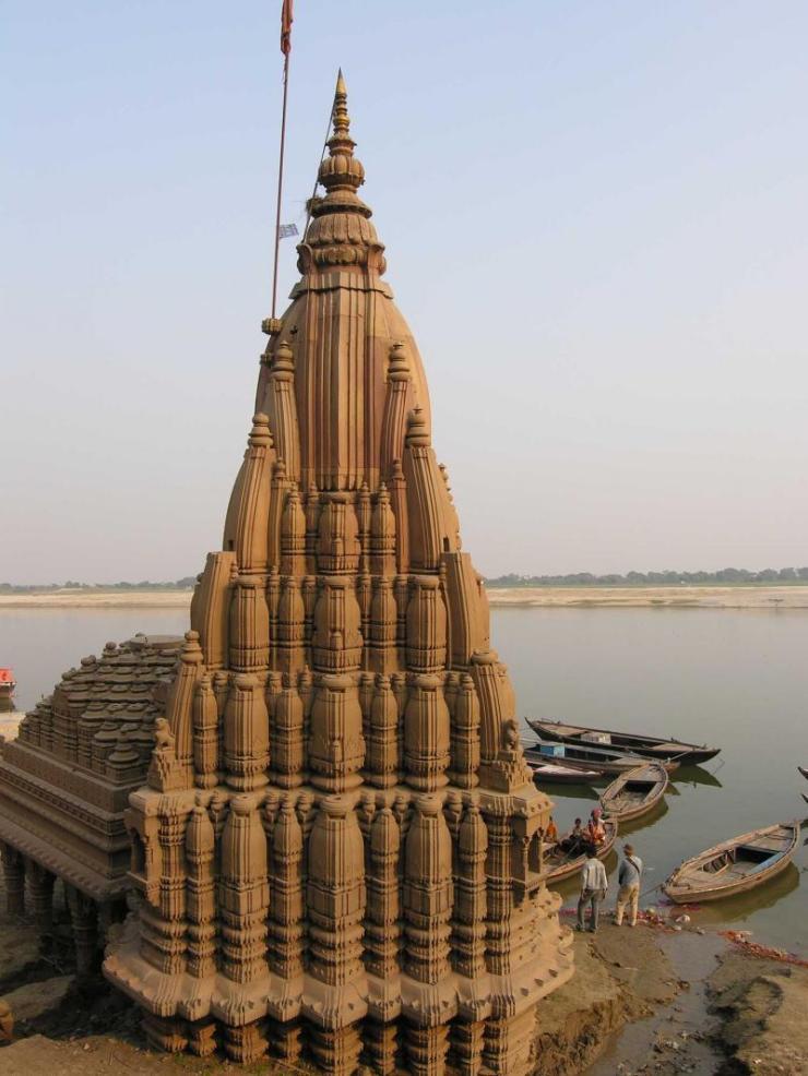 india_varanasi_tour_sinking_temple