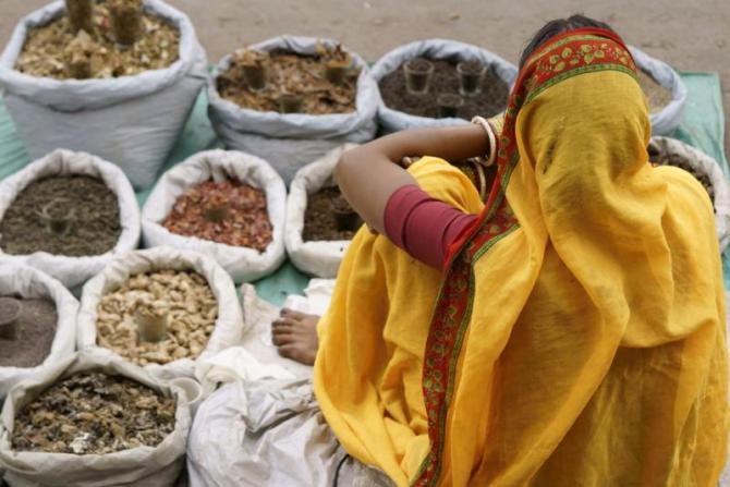 india_woman_sari_selling_spices_delhi