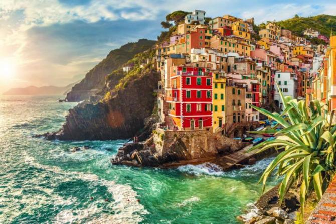 italy_manarola_liguria_italy._the_wonderful_manarola_village_as_you_can_see_it_from_the_mountain_above._quiet_sky_and_peaceful_sea_during_sunset._colorful