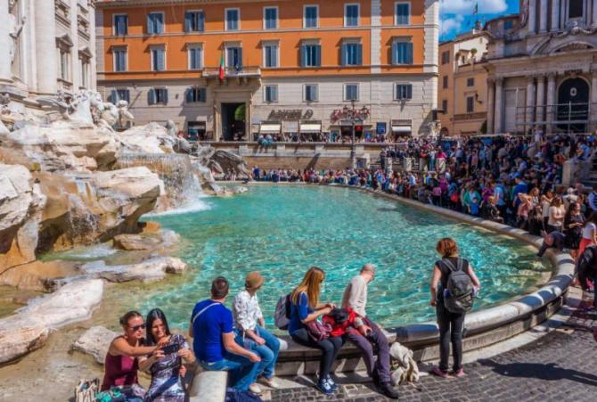 italy_rome_people_enjoying_a_beautiful_sunny_day_at_the_trevi_fountain_in_rome-e