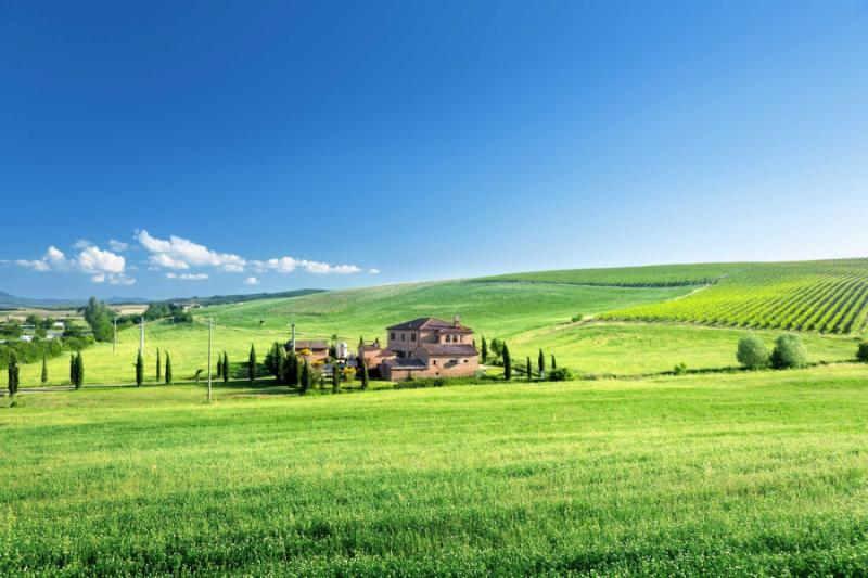 italy_tuscany_landscape_with_typical_farm_house_italty