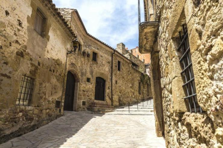 medieval_street_with_a_tower_defense_in_pals_girona_catalonia_spain