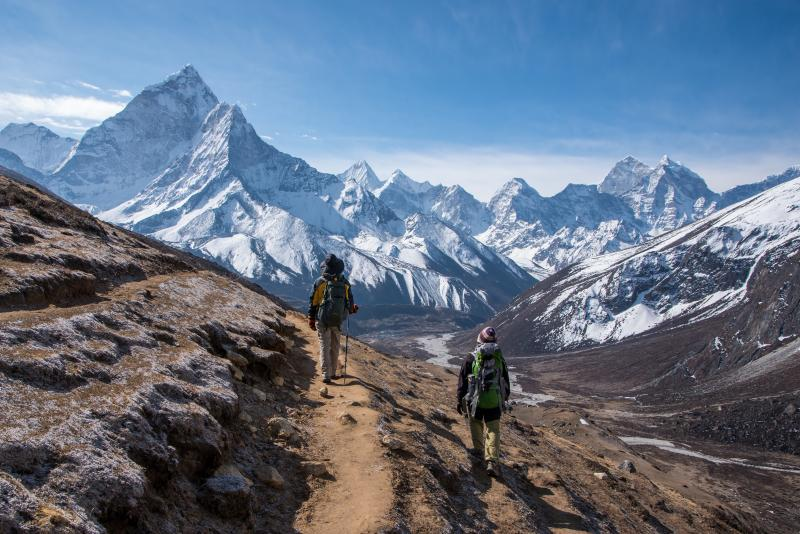 nepal_trekkers_walking_on_the_way_to_everest_base_camp