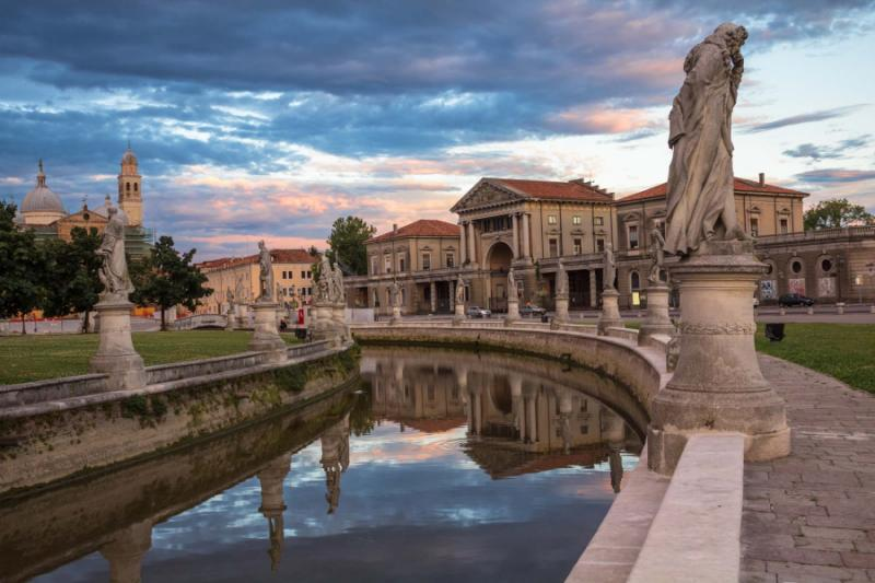 padova_central_square_fragment_of_prato_della_valle_in_padua_veneto_italy.view_of_the_canal_with_statues