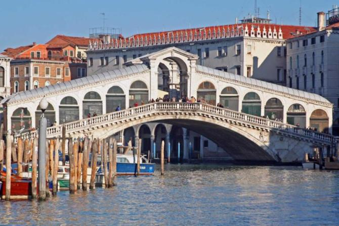 rialto_bridge_view_of_venice_-_italy_taken_from_a_boat