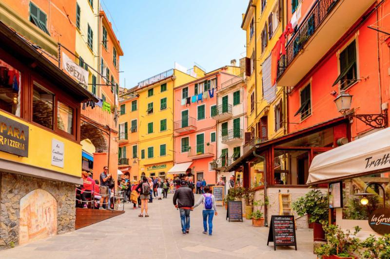riomaggiore_italy_-_may_5_2016_central_street_of_riomaggiore_rimazuu_a_village_in_province_of_la_spezia_liguria_italy._cinque_terre_unesco_world_heritage_site_0