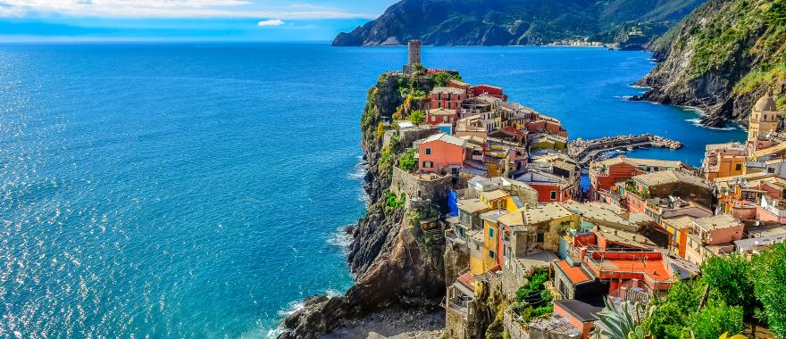 scenic_view_of_colorful_village_vernazza_and_ocean_coast_in_cinque_terre_italy_h1_1