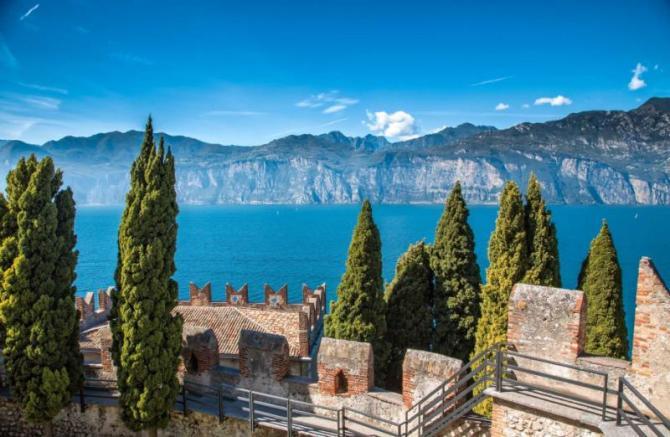 the_view_on_the_lake_garda_across_castle_wall._malcesene