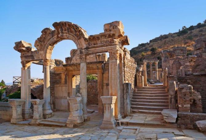 turkey_ancient_ruins_in_ephesus_turkey_-_archeology_background