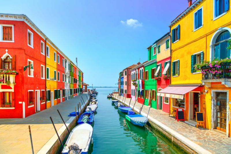 venice_landmark_burano_island_canal_colorful_houses_and_boats_italy._long_exposure_photography