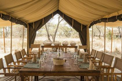 africa-serengeti-_safari_camp-_dinner_table_0