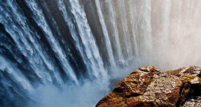 africa-the_victoria_falls_at_the_border_of_zimbabwe_and_zambia_1