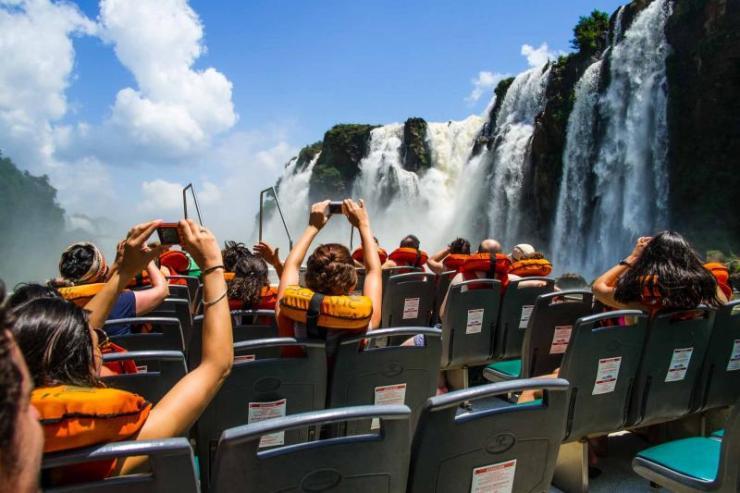 argentina-iguazu-falls-argentina-side-boat-passengers