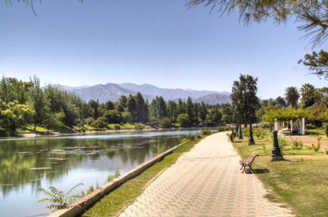 argentina-mendonza-walking_path_near_the_lake