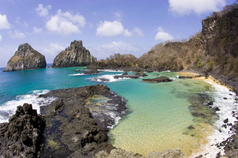 brazil_fernando_de_noronha_tour_pig_bay_view_with_two_brothers_islands