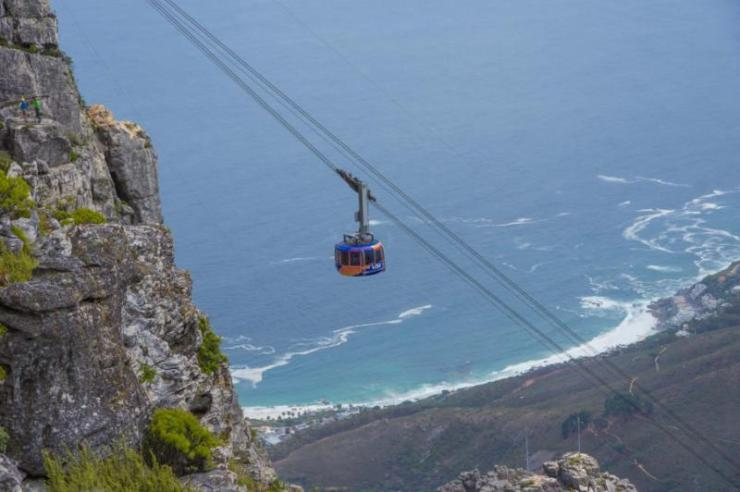 cape_town_south_africa_march_20_2016_the_cable_car_traverse39s_to_the_top_of_the_famous_table_mountain_0