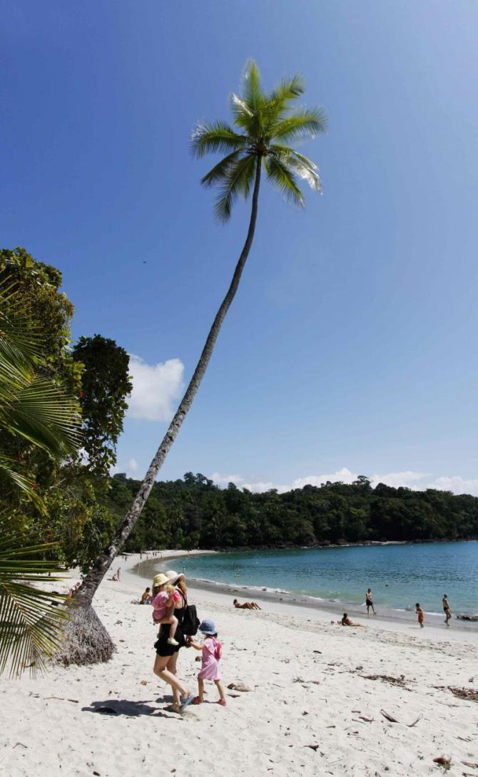costa-rica-manuel-antonio-national-park-beach-with-family_1