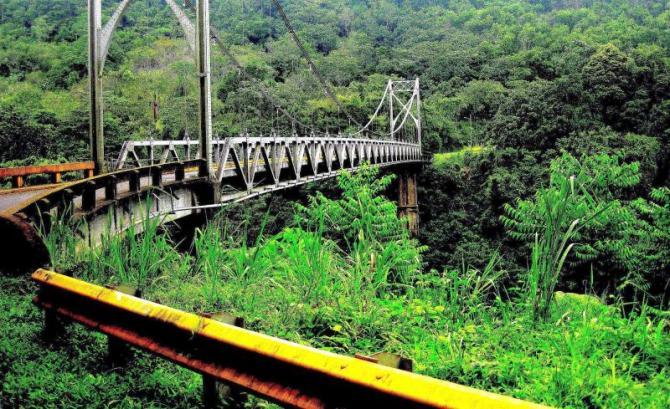 costa_rica_la_fortuna_metal_bridge_on_the_way_to_volcano_arenal_0