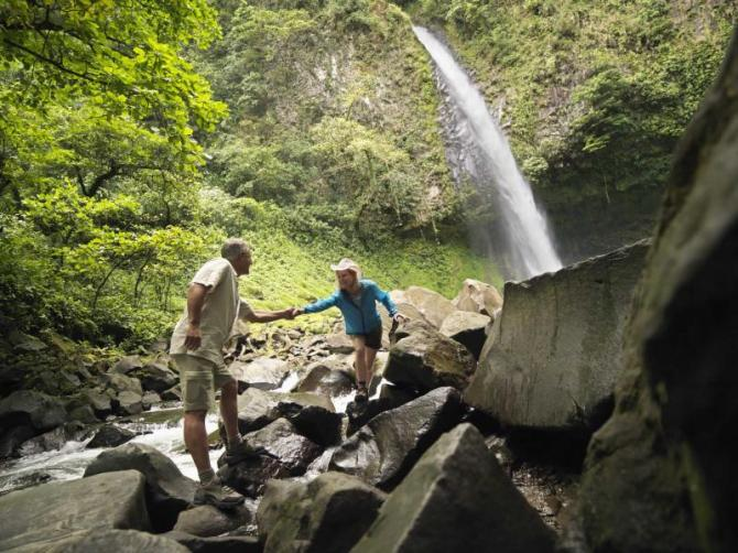 costa_rica_ouple_hiking_to_a_waterfall