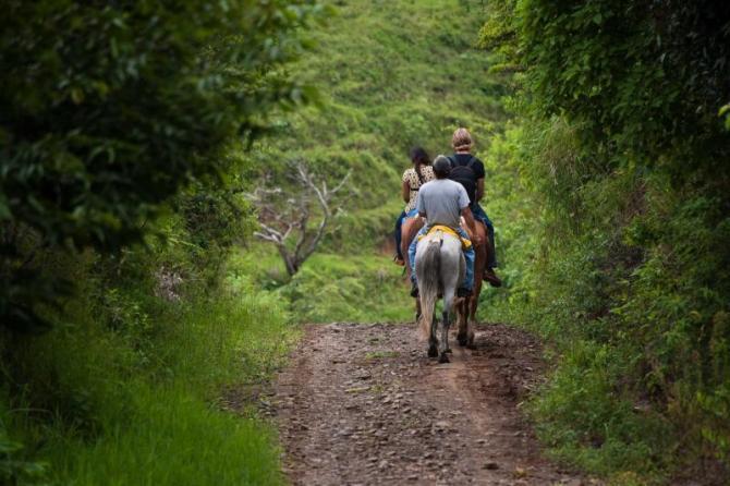 costa_rica_tourists_on_horseback