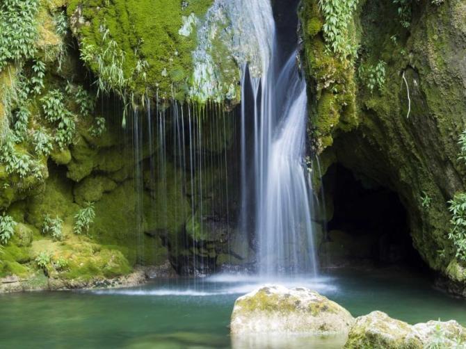 costa_rica_waterfall_in_wilderness_area_landscape_0