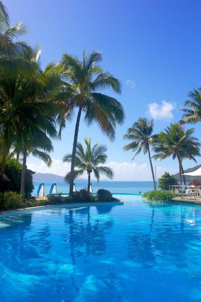 fiji_hamilton_island_infinity_pool_at_resort