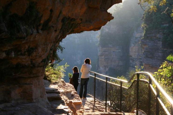 girl_and_woman_observing_beautiful_landscapes_of_blue_mountains_australia_0
