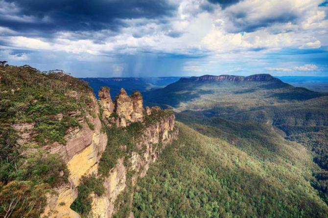 hdr_effect_on_echo_point_scenic_view_in_blue_mountains_national_park_new_south_wales_australia
