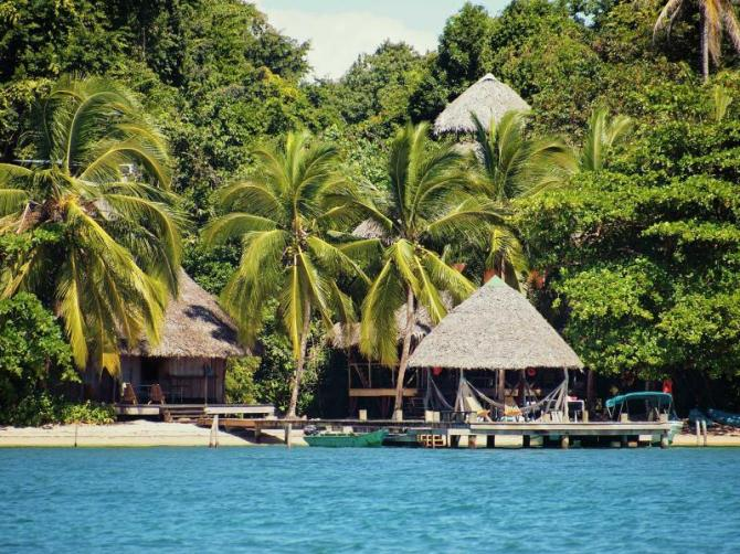 panama_bocas_del_toro_eco_resort_on_a_caribbean_beach_with_thatched_huts_and_lush_tropical_vegetation_0